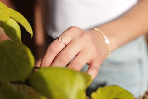 Foto profissional grátis de anel, atraente, borrão, bracelete