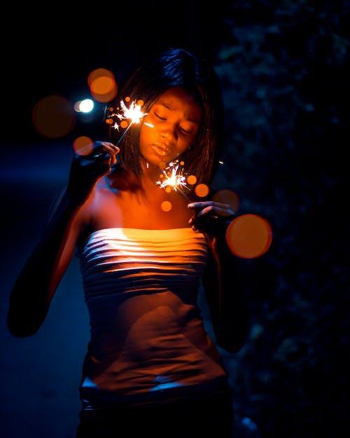 Безкоштовне стокове фото на тему «Бенгальські вогні, вираз обличчя, вродлива, вродливий»