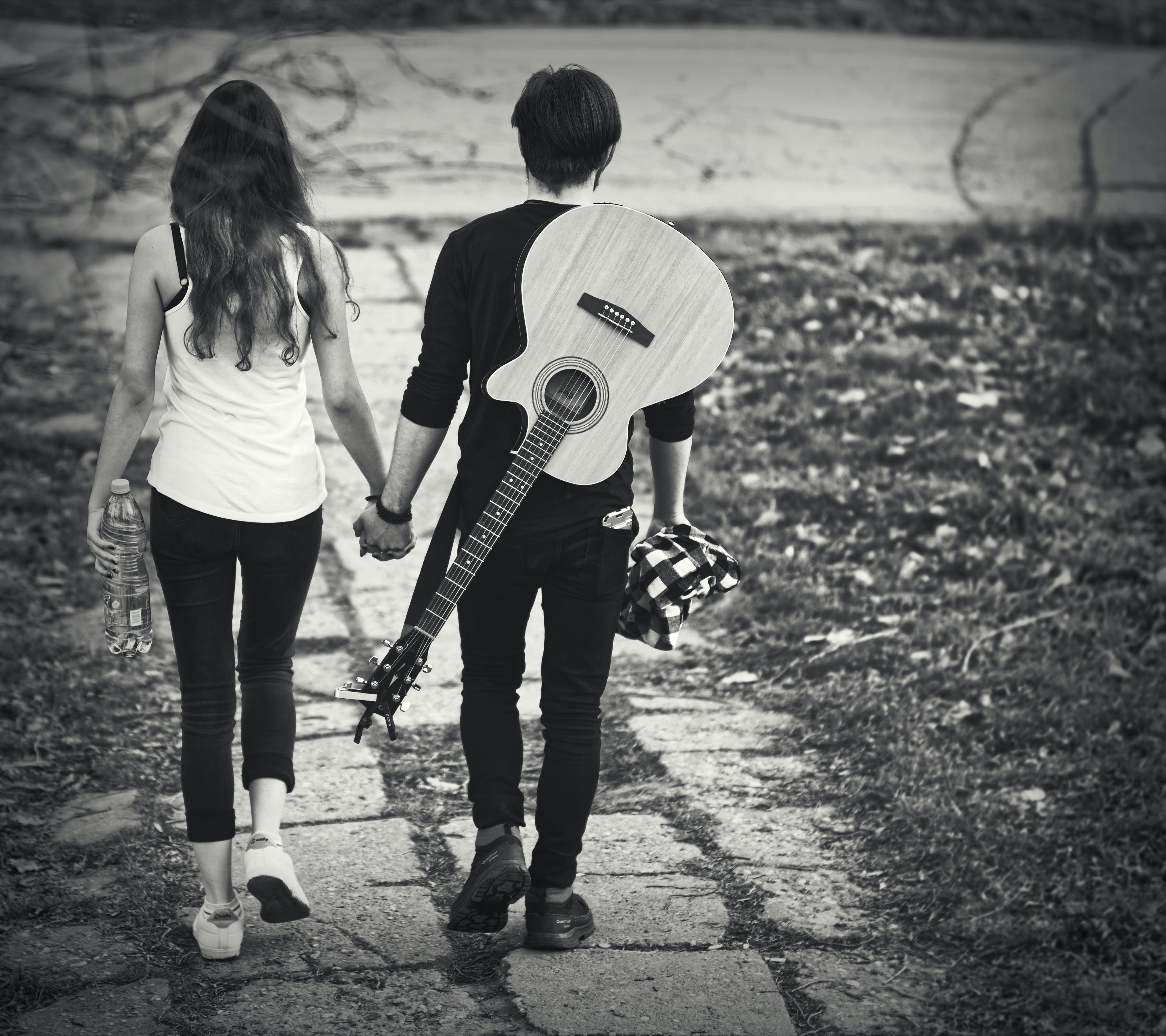 Kostenloses Stock Foto zu bürgersteig, fußweg, gehen, gitarre