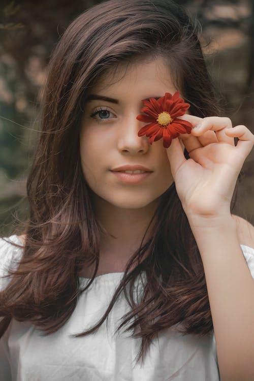 Darmowe zdjęcie z galerii z atrakcyjny, dziewczyna, kwiat, model