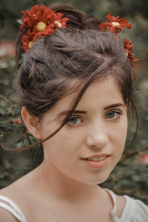 Darmowe zdjęcie z galerii z delikatny, dziewczyna, kwiat, moda
