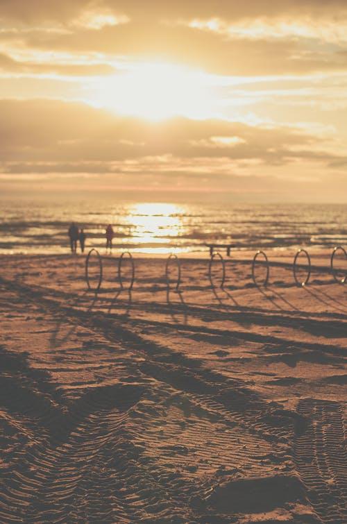 Foto d'estoc gratuïta de a la vora de l'oceà, alba, capvespre, hora daurada