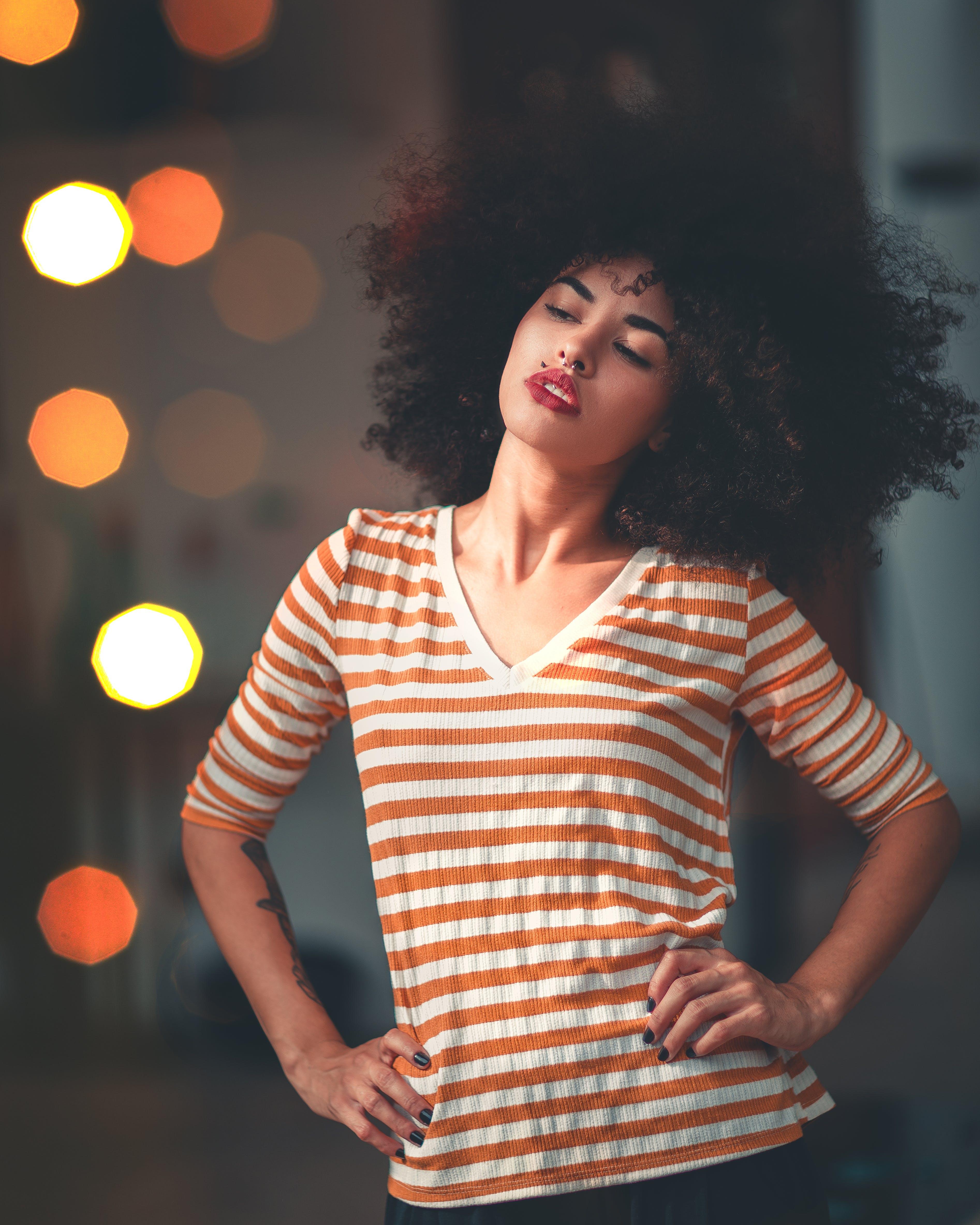 Gratis lagerfoto af afro, ansigtsudtryk, belyst, dame
