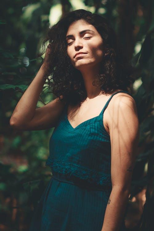 Immagine gratuita di abito, acconciatura, ambiente, bellissimo