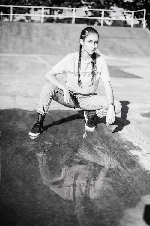 Darmowe zdjęcie z galerii z czarno-biały, kałuża, kobieta, model