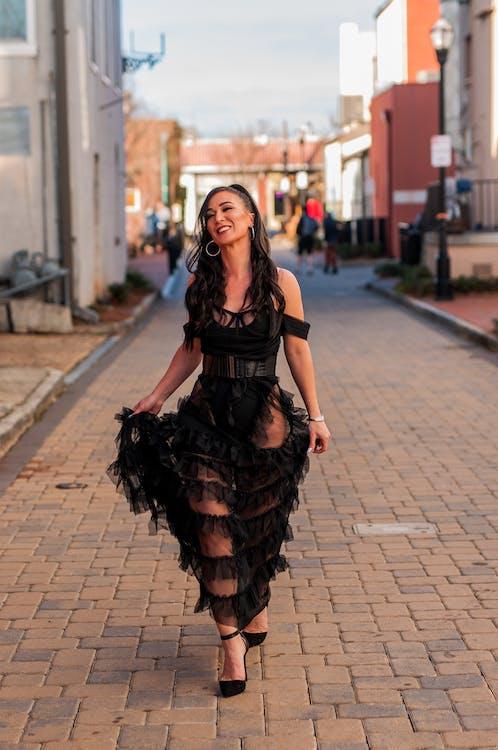 chodník, chôdza, čierne šaty