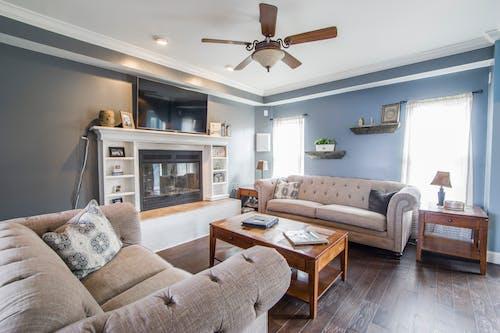Бесплатное стоковое фото с в помещении, диван, диванные подушки, дизайн интерьера