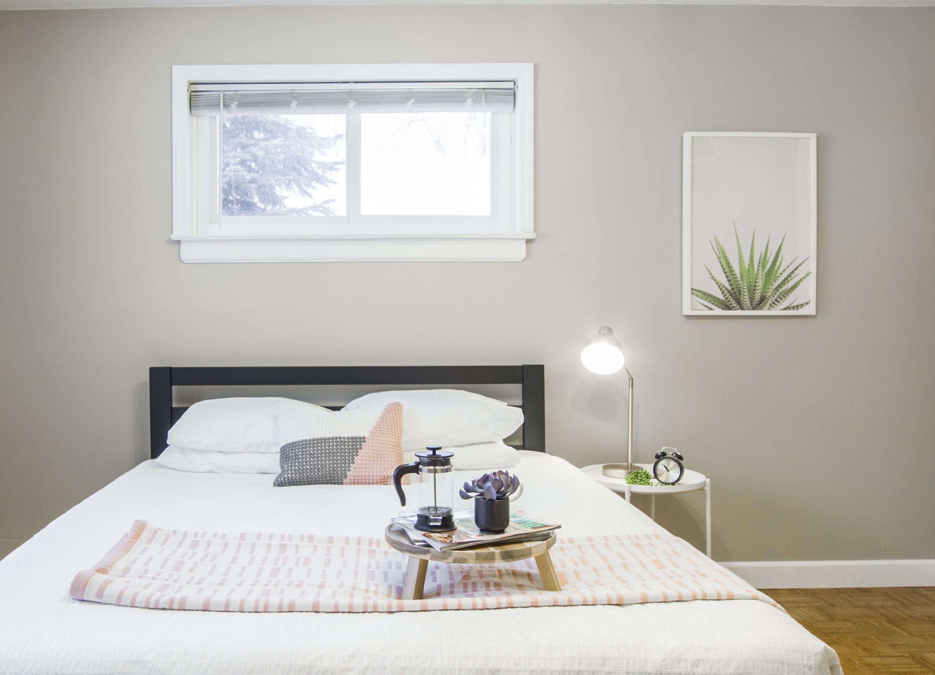 Foto profissional grátis de abajur, almofada, cabeceira, cama