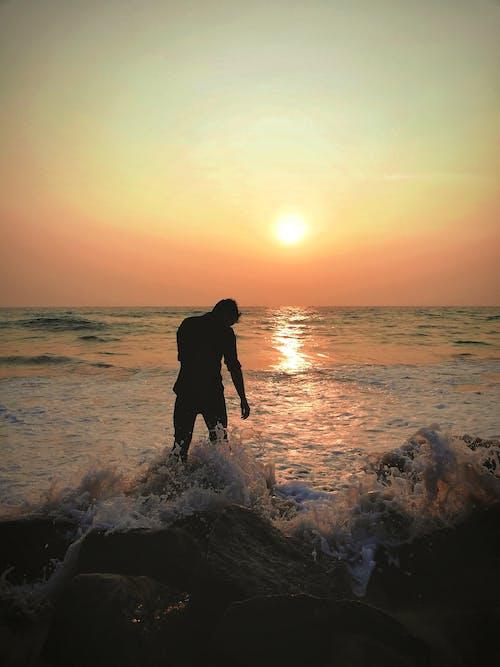 Ilmainen kuvapankkikuva tunnisteilla aallot, auringonlasku, hiekkaranta, luonto