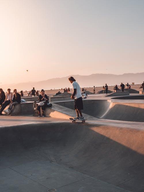 Foto stok gratis bermain skateboard, bersepatu roda, gerakan, hobi