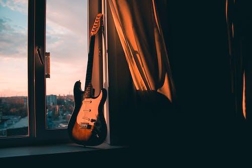 ahşap, elektro gitar, gitar, gitar telleri içeren Ücretsiz stok fotoğraf