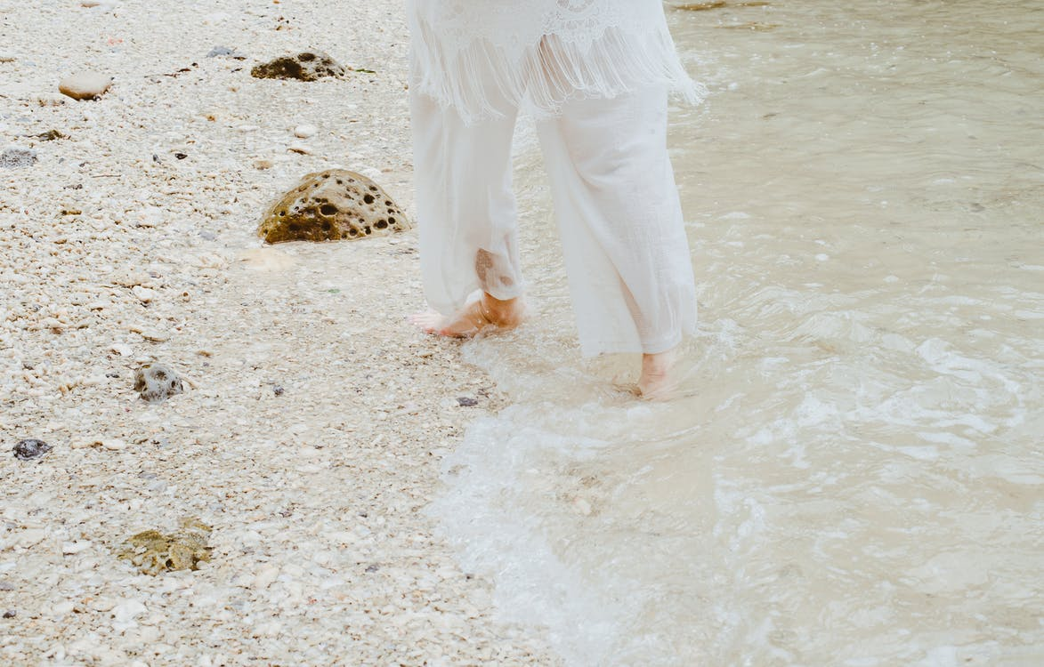 air, batu, bertelanjang kaki