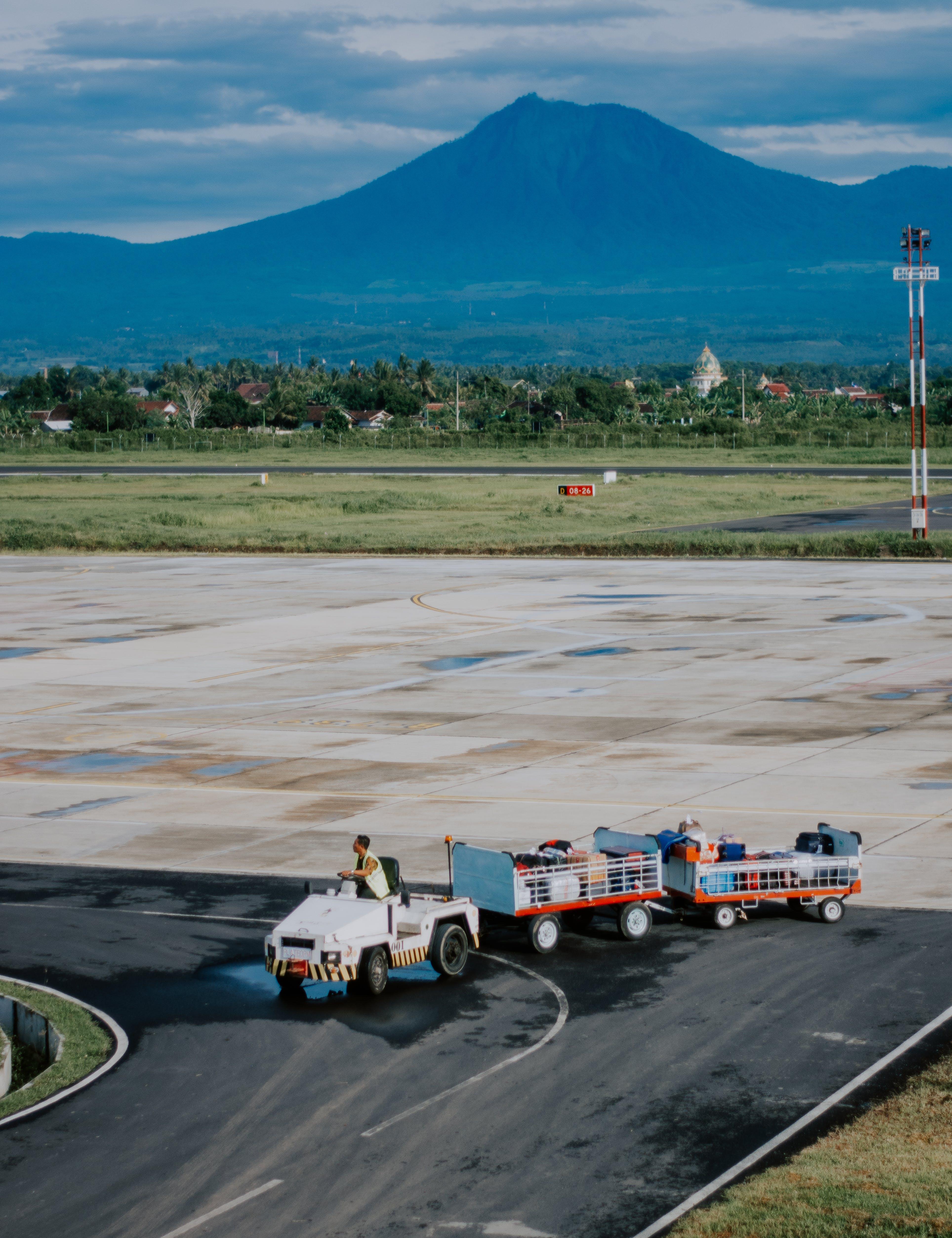 Безкоштовне стокове фото на тему «аеропорт, гори, Денне світло, злітна смуга»