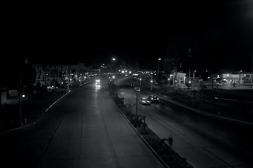 Základová fotografie zdarma na téma architektura, auta, budovy, černobílá