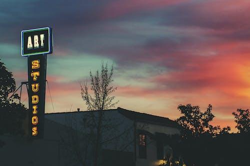 Kostenloses Stock Foto zu architektur, dämmerung, neon, neonschild