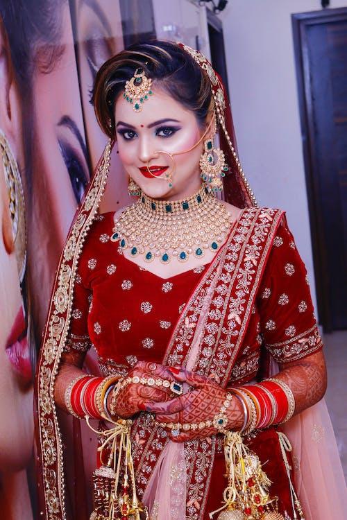 Frau, Die Gold Und Rotes Saree Kleid Trägt