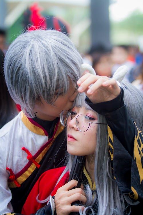Fotobanka sbezplatnými fotkami na tému bozkávanie, byť spolu, cosplay, dioptrické okuliare