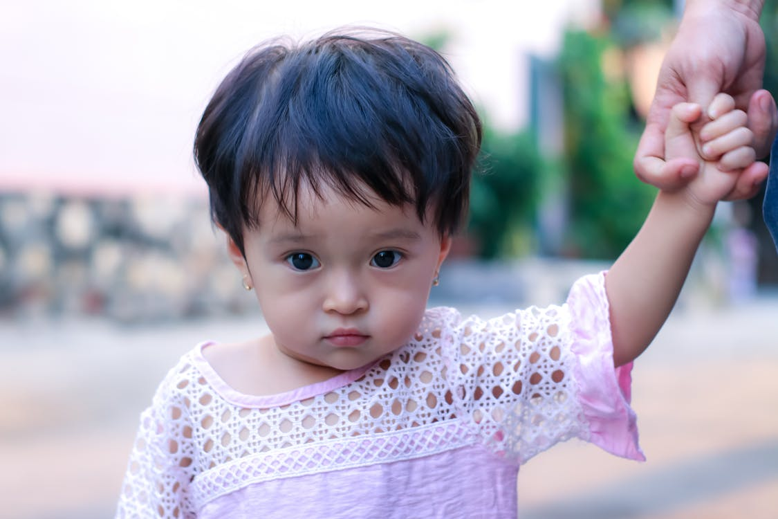 Meisje In Wit Kanten Overhemd Op Fotografie Met Selectieve Aandacht