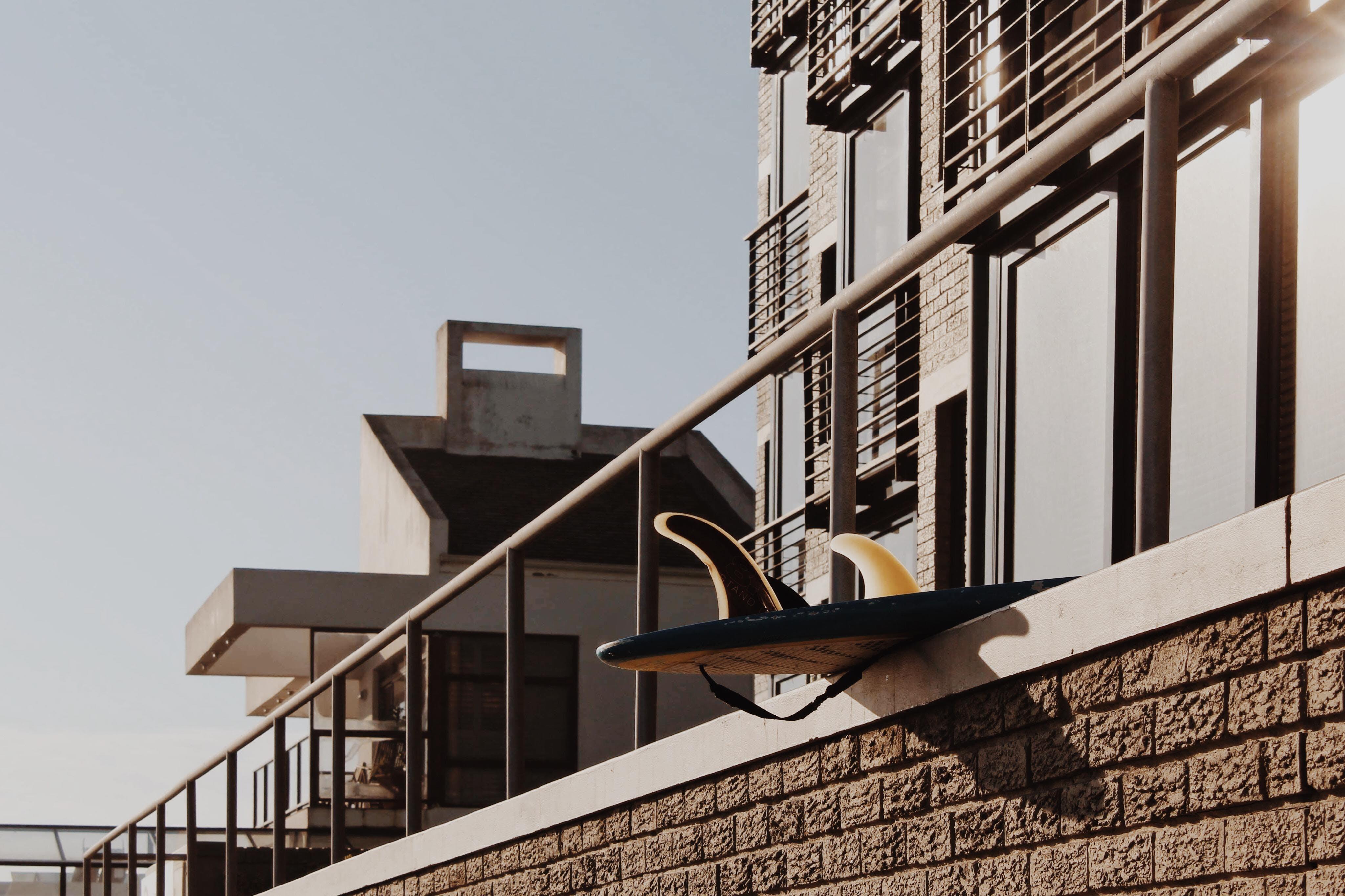 Darmowe zdjęcie z galerii z balustrady, deska surfingowa