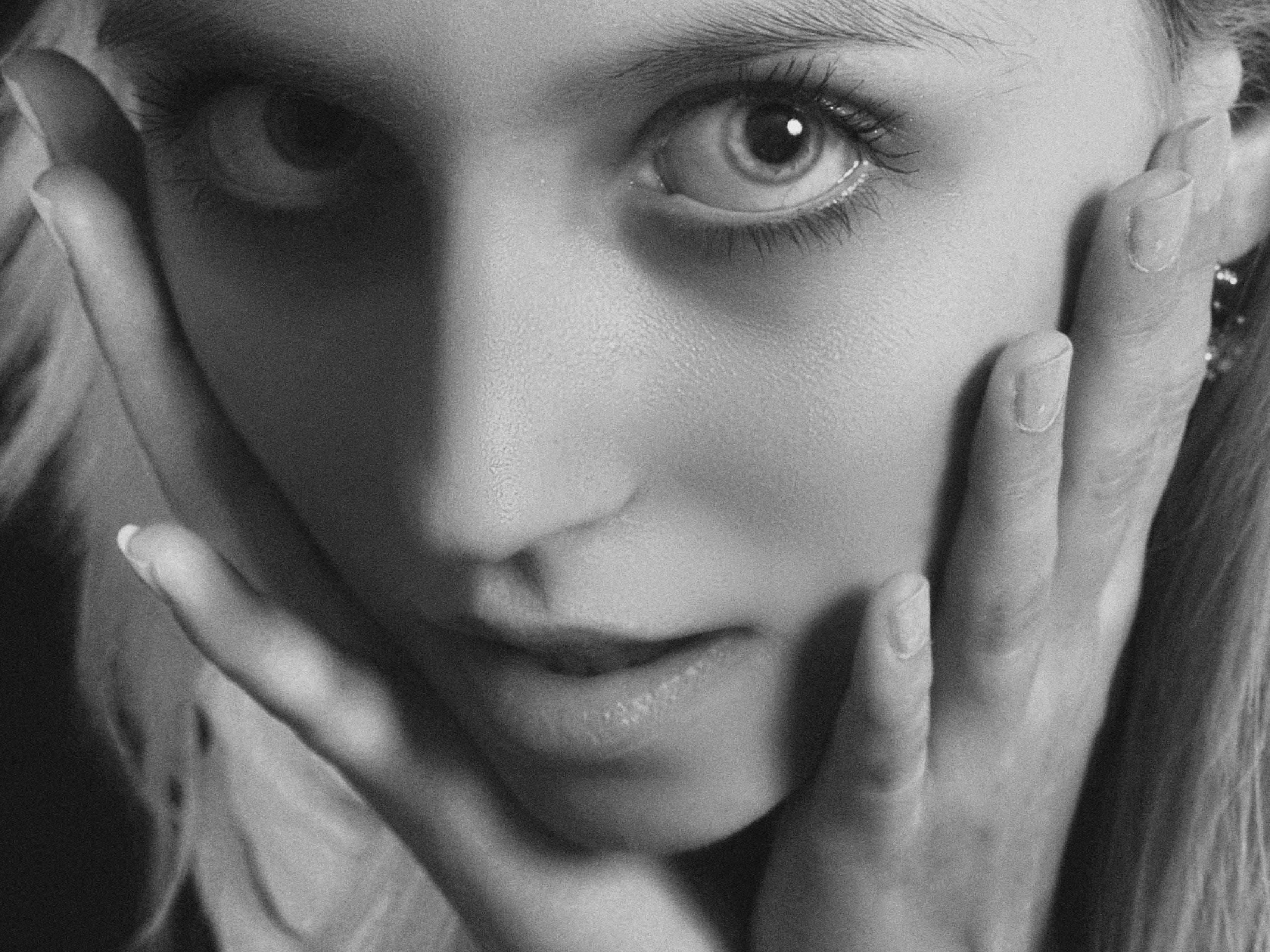 Kostenloses Stock Foto zu девушка, портрет, студия, черное и белое