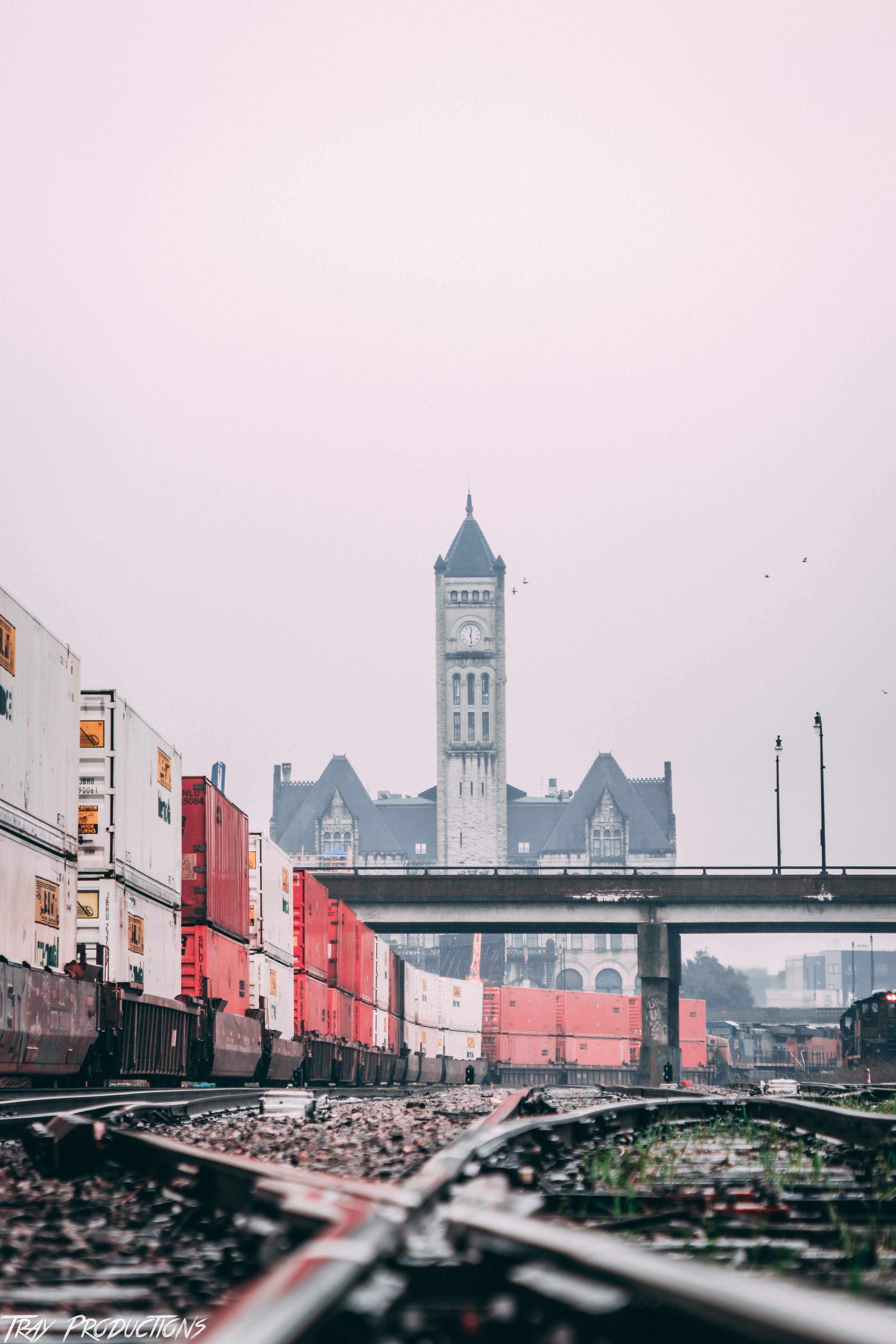 Foto d'estoc gratuïta de àrea urbana, carrer, carrils, cel