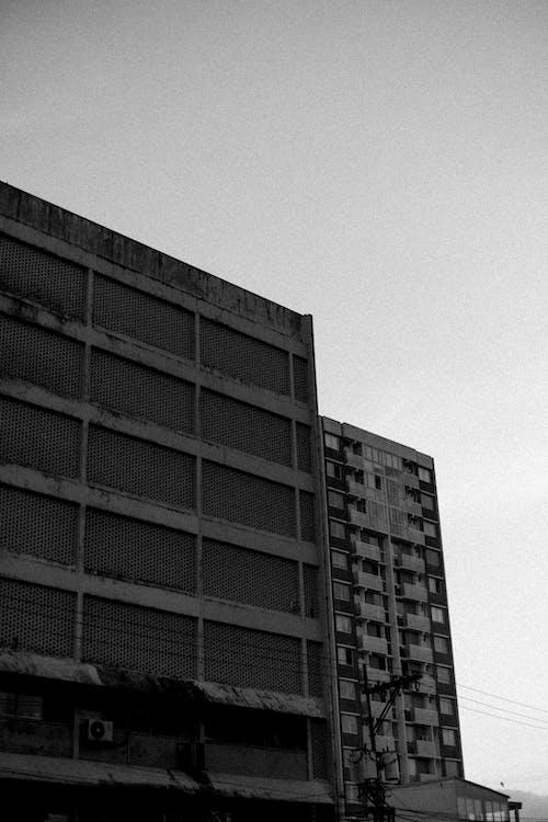 Foto profissional grátis de arquitetura, arranha-céu, construção, P&B