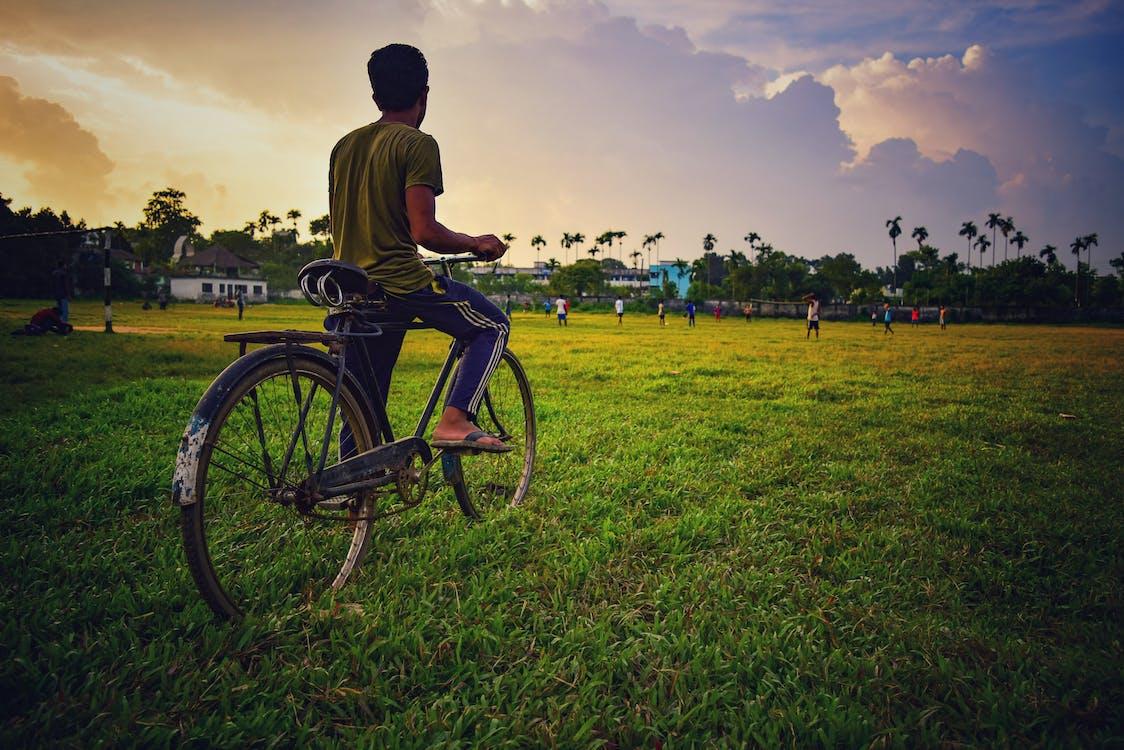 ατμοσφαιρικό βράδυ, ποδήλατο, πράσινο πεδίο