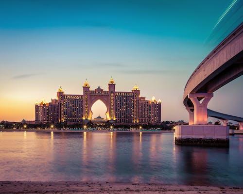 aydınlatılmış, binalar, deniz kenarı, gökdelen içeren Ücretsiz stok fotoğraf
