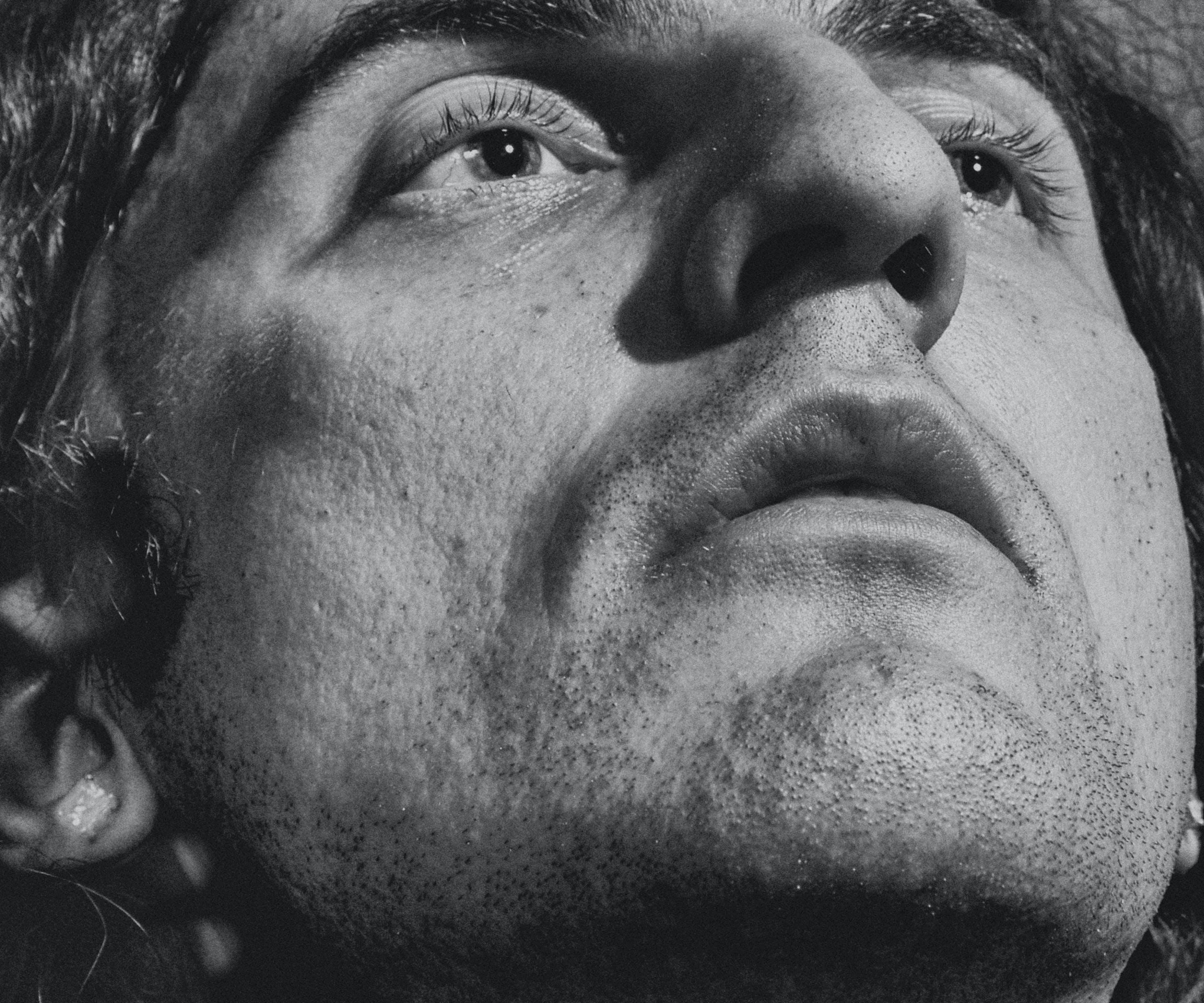 Kostenloses Stock Foto zu мужчина, портрет, студия, черное и белое