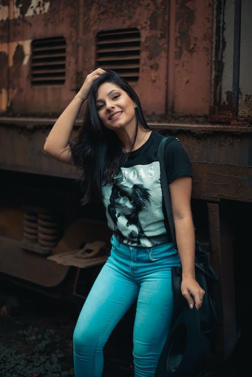 Foto stok gratis jeans, jeans biru, kaos hitam, kaum wanita