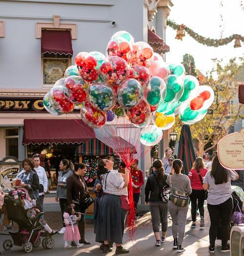 Δωρεάν στοκ φωτογραφιών με Άνθρωποι, γιορτή, κατάστημα, μπαλόνια