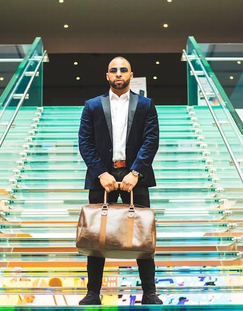 Foto stok gratis bagasi, dalam ruangan, fashion, gagah