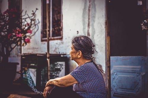 Gratis lagerfoto af Asiatisk pige, dagslys, dør, døråbning