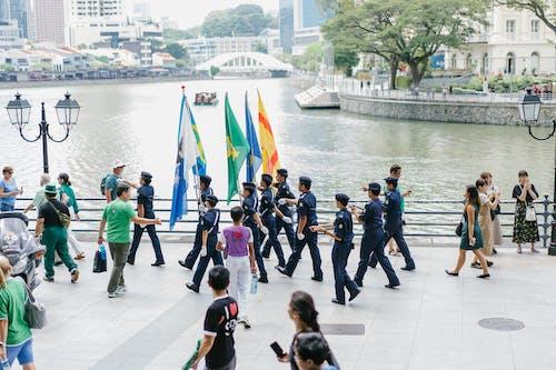 Gratis arkivbilde med bevegelse, bruke, by, flagg