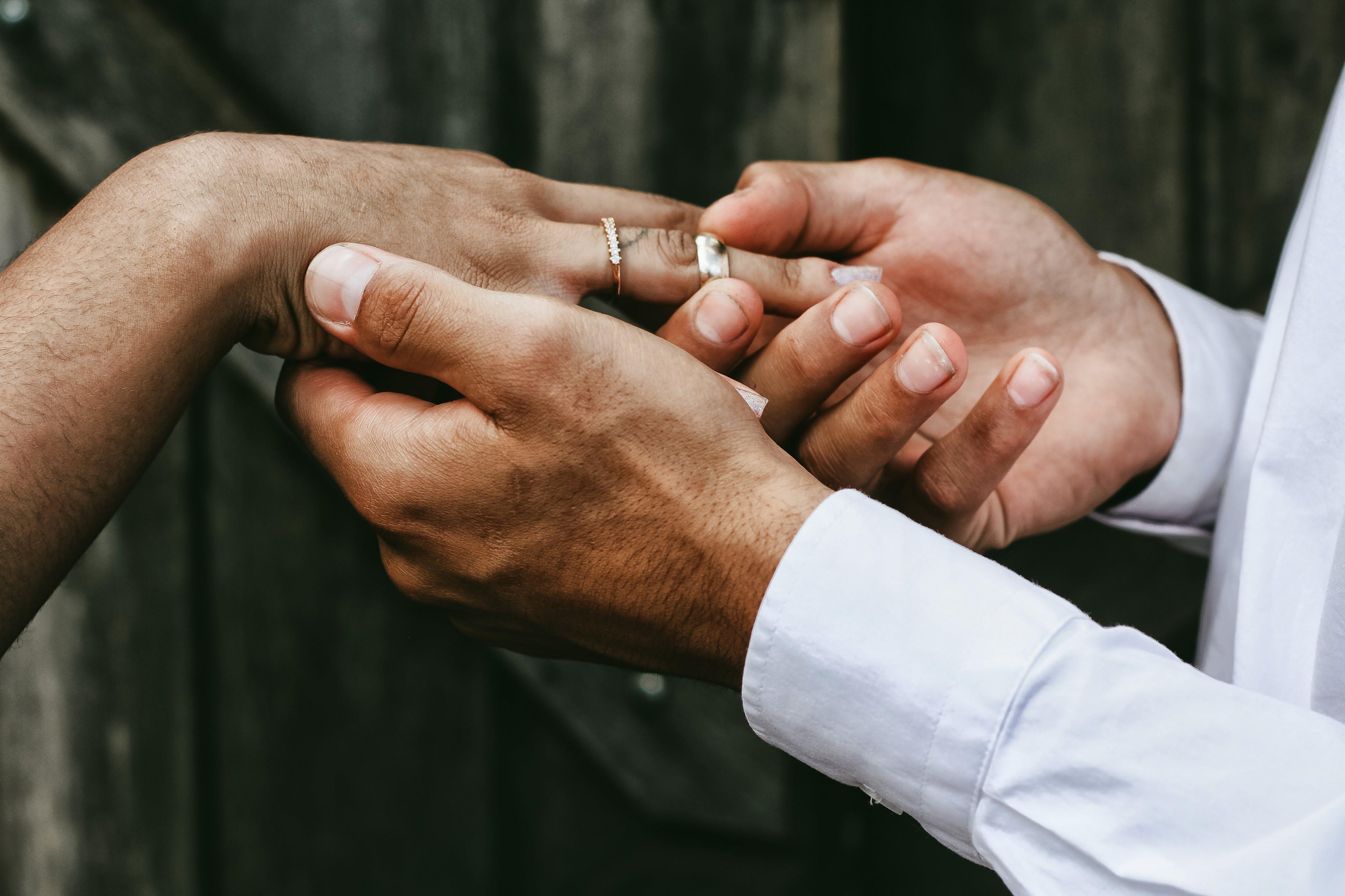 Foto d'estoc gratuïta de amor, desgast, dits, dona