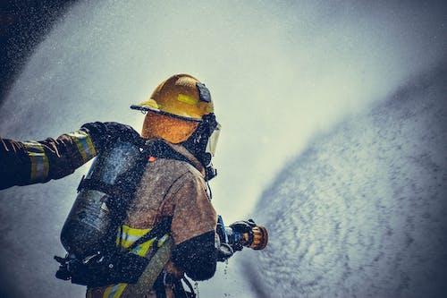 Foto d'estoc gratuïta de aigua, bombers, casc, desgast