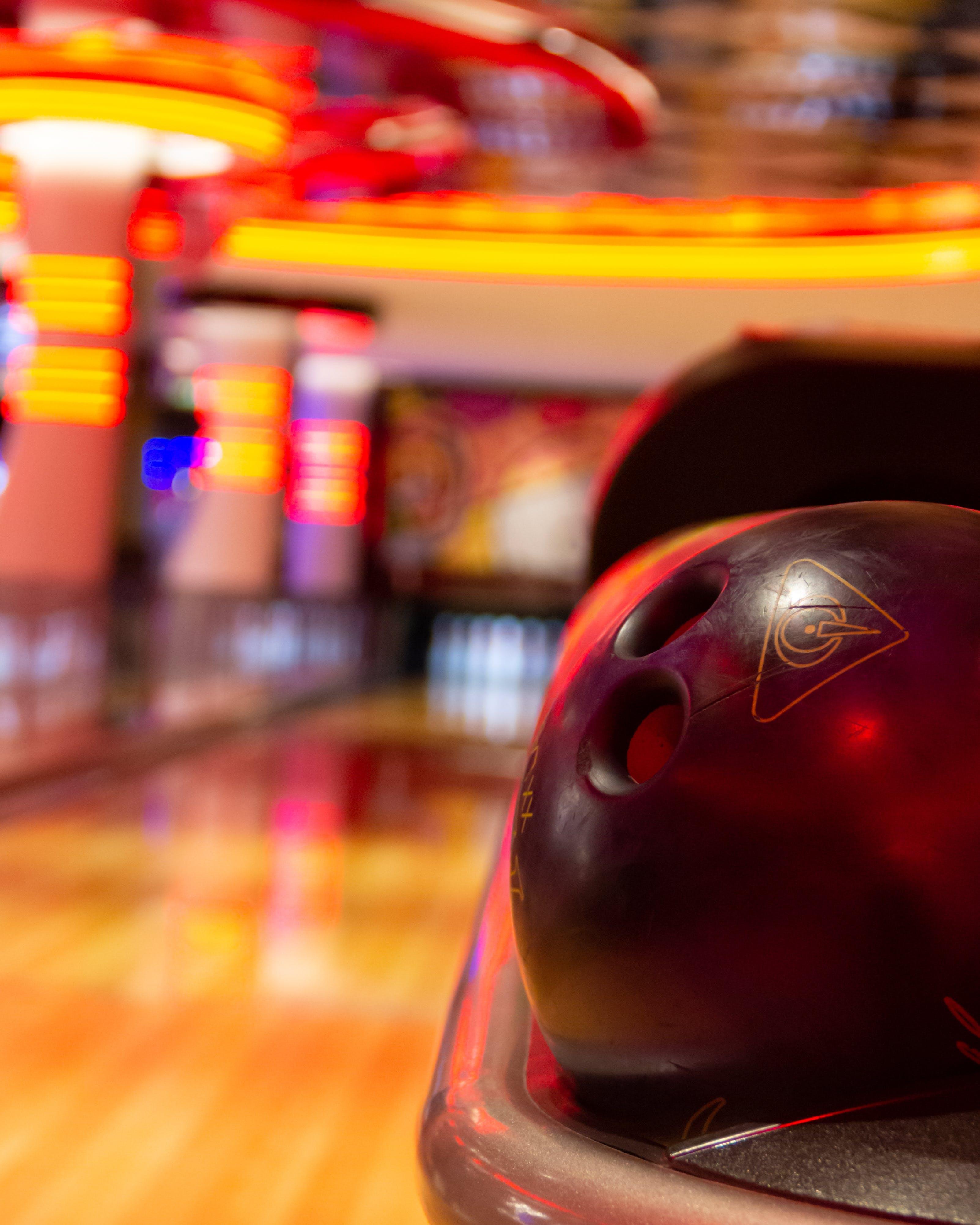 Kostenloses Stock Foto zu bewegung, bowlen, bowlingausrüstung, bowlingkugel