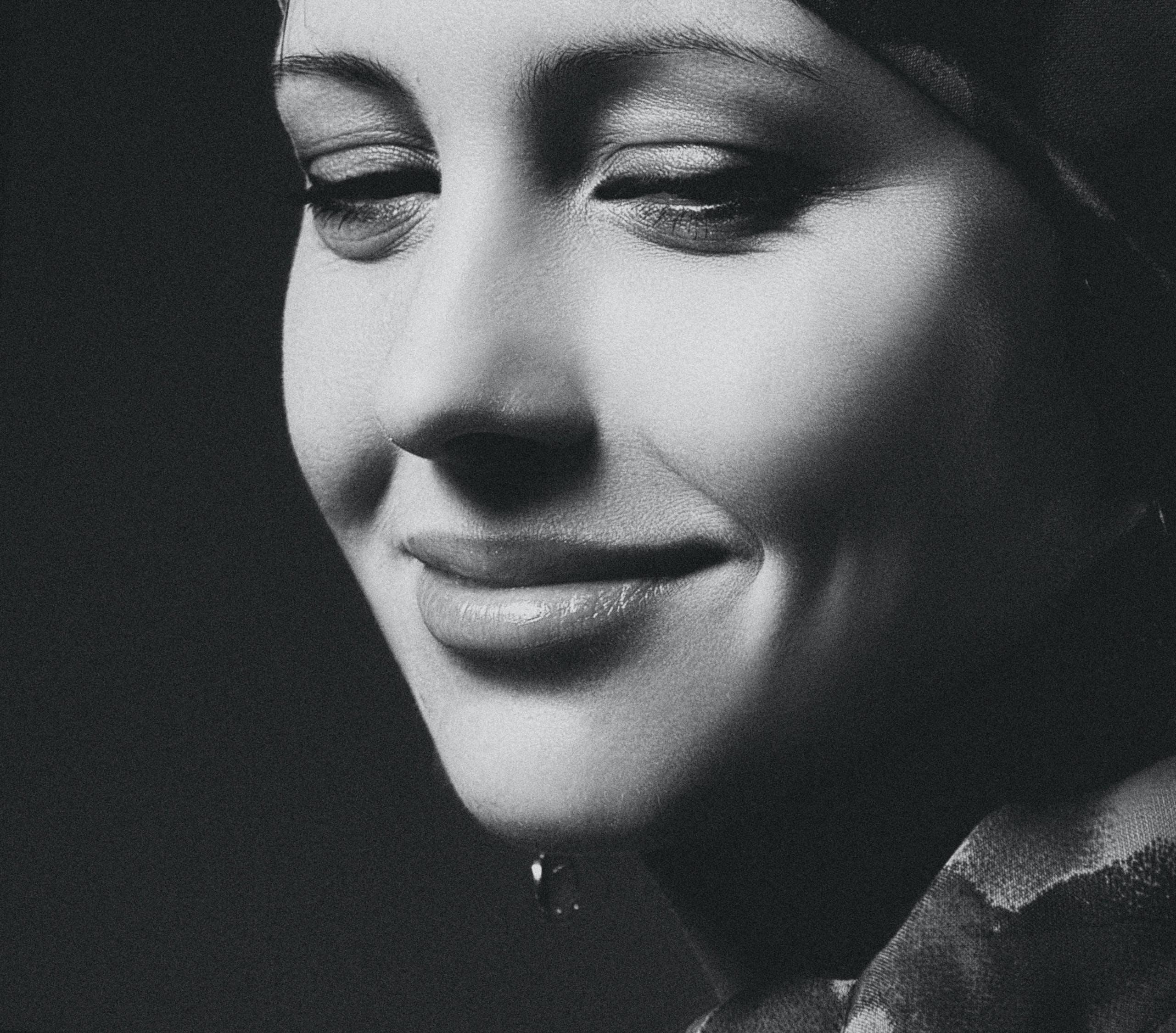 Kostenloses Stock Foto zu девушка, портрет, студия, улыбка