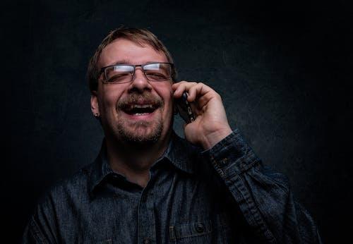 Безкоштовне стокове фото на тему «веселий, вираз обличчя, волосся на обличчі, електроніка»