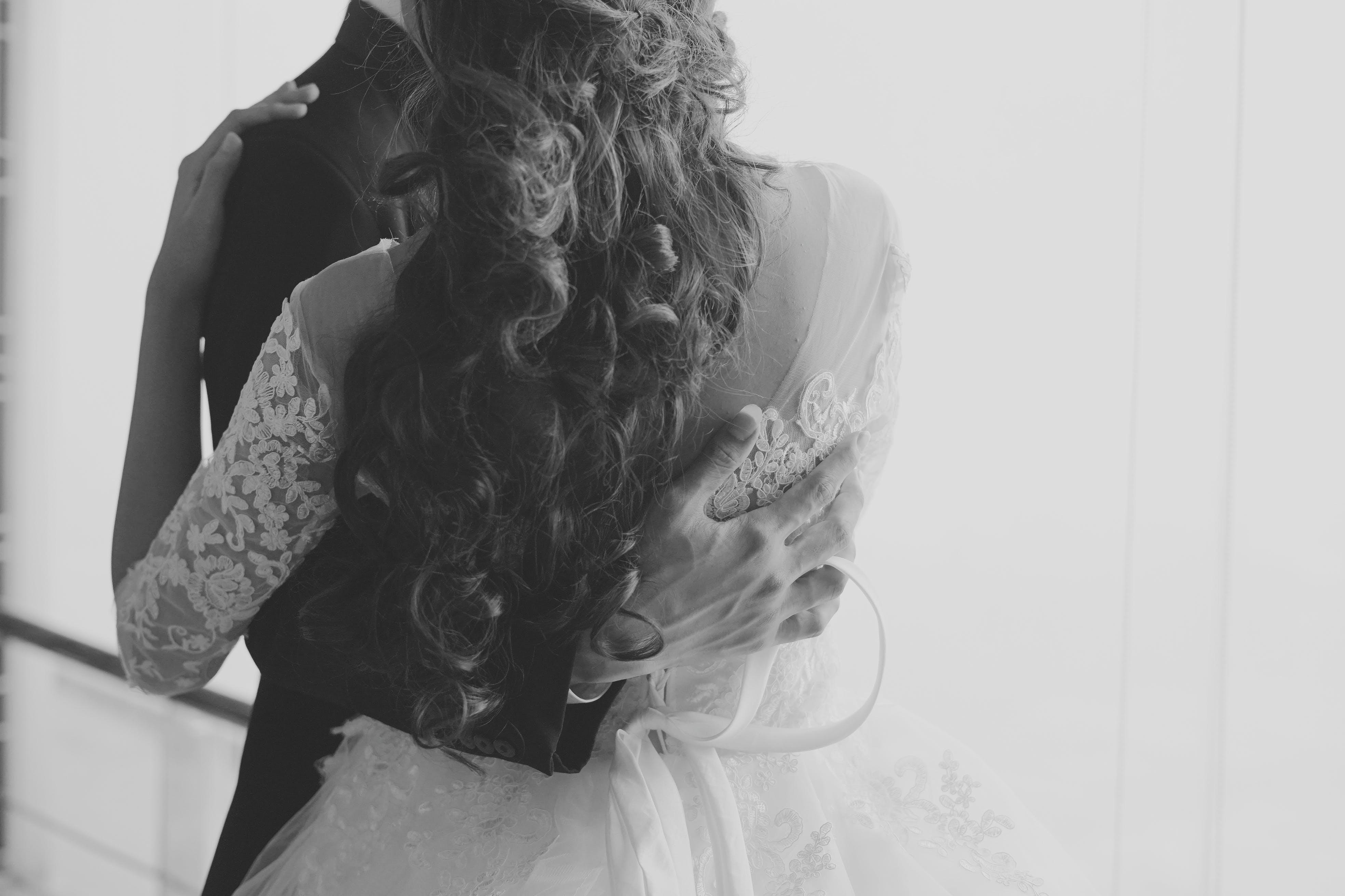 Gratis lagerfoto af bryllup, elegant, folk, hvid kjole