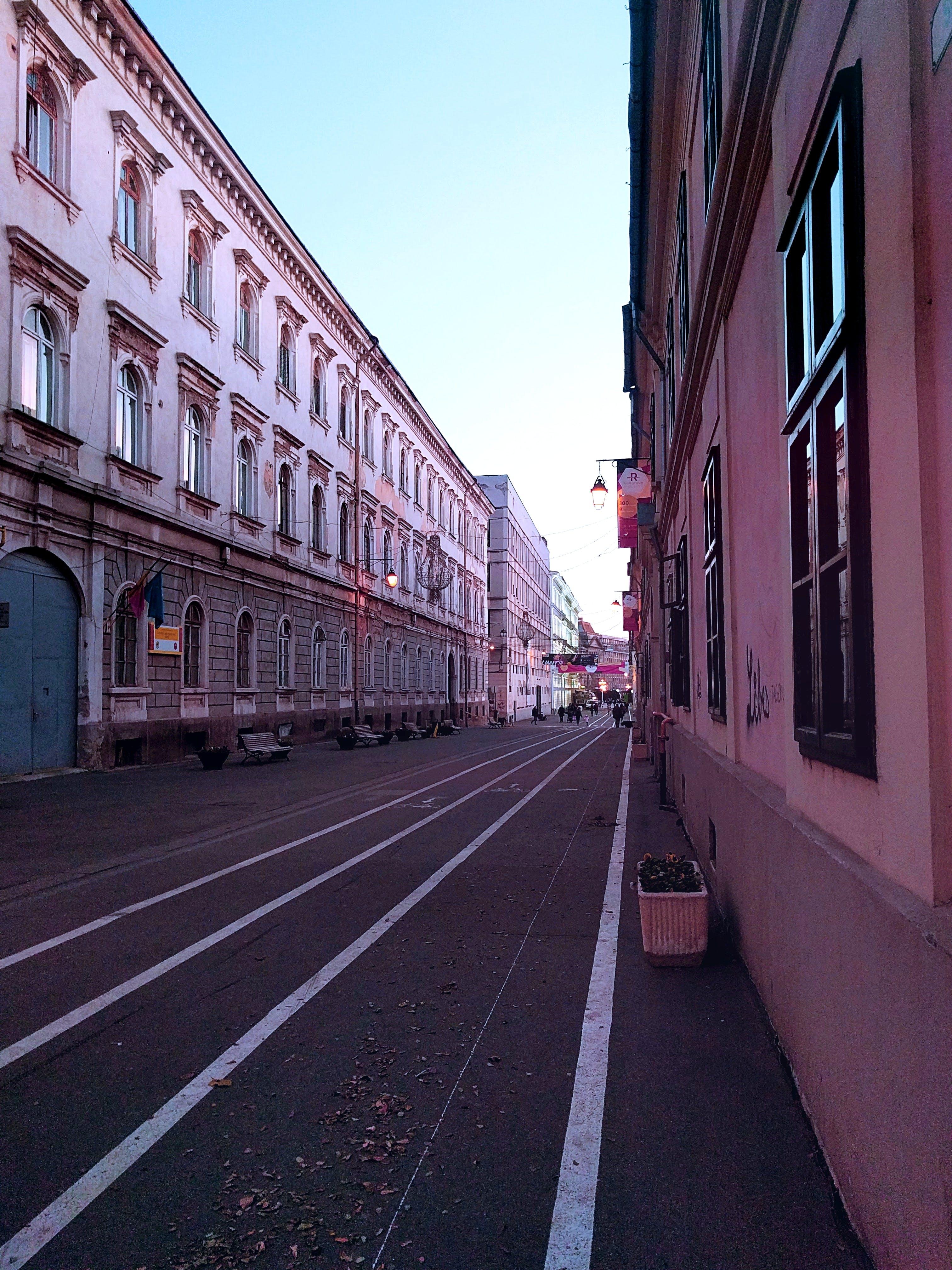 คลังภาพถ่ายฟรี ของ กลางวัน, ตึก, ถนน, ทางเท้า