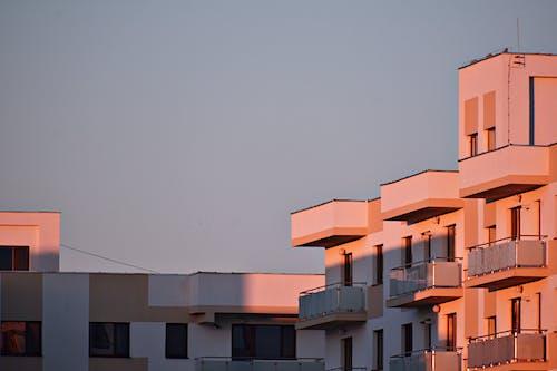 Foto profissional grátis de apartamento, arquitetura, balcão, céu