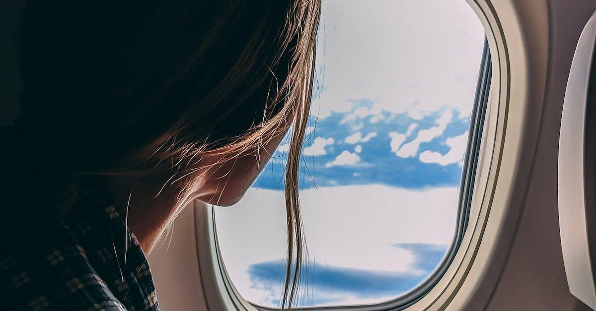 картинка человек сидит у иллюминатора самолета ведь основном
