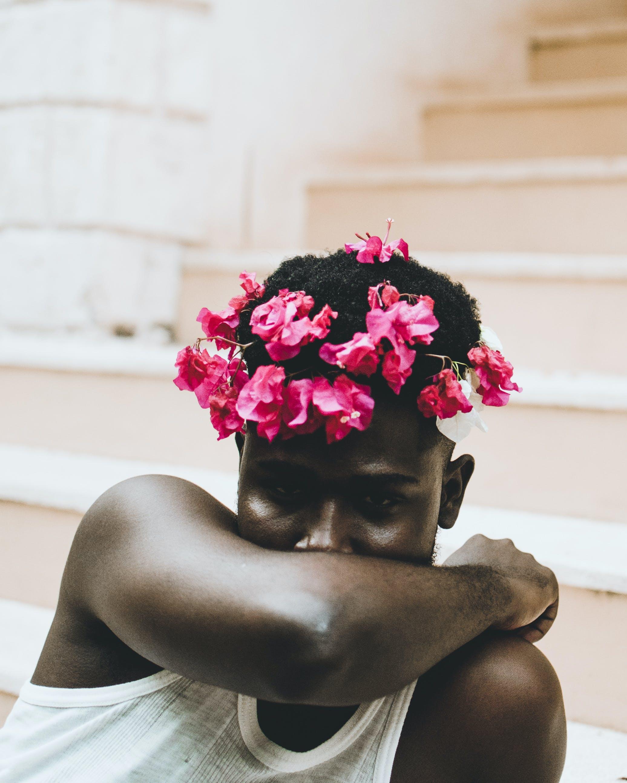 Kostenloses Stock Foto zu afroamerikanischer mann, blumen, blumenkrone, draußen