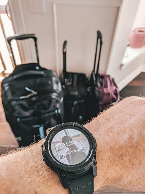 Gratis stockfoto met bagage, hand, slim horloge
