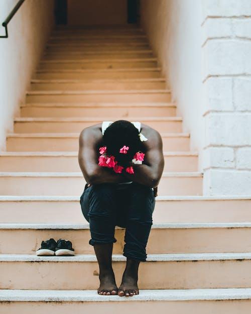 Photos gratuites de escalier, être assis, homme noir, marches