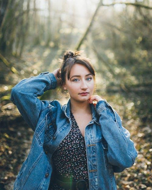 Бесплатное стоковое фото с волос, волосы, джинсовая куртка, дневной свет