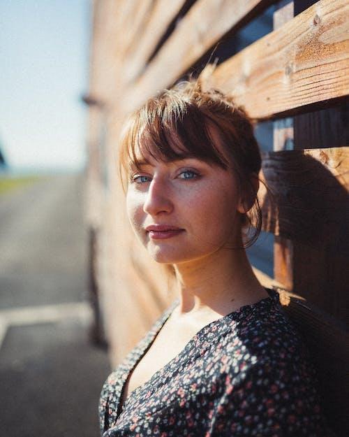 Photos gratuites de beau, belle femme, brune, debout