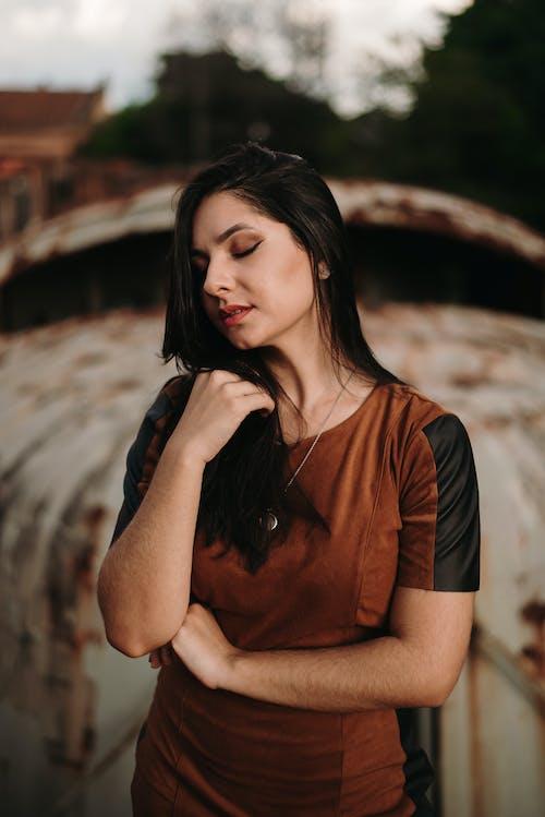 Darmowe zdjęcie z galerii z atrakcyjny, czarne włosy, kobieta, lato