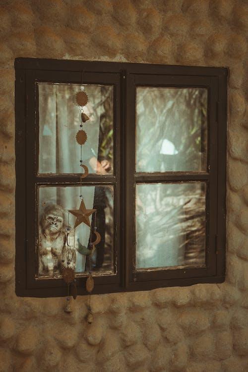 ahşap, ahşap pencere, asılı, dekor içeren Ücretsiz stok fotoğraf